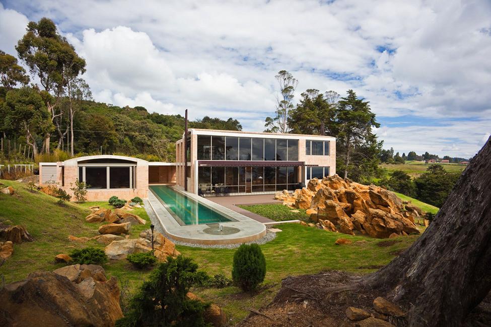 Современный дом в окружении древних валунов от архитектора Oscar Mesa